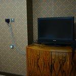 TV, tombol power, channel, & volume di bagian atas