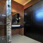 Deluxe Wing Bathroom