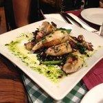 Calamari alla griglia con riso venere croccante e asparagi