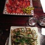 Jambon iberique et assiette de couteaux