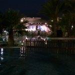 dîner de gala au bord de la piscine