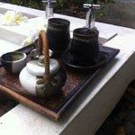 Jus de bisape et thé au miel après le gommage du  corps  au riz noir.