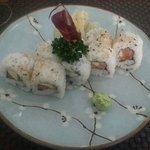 Maki con salmone, avocado e a parte wasabi e zenzero
