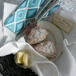 Home-made blueberry scones met home-made jam