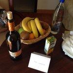 Приветственная корзина фруктов, бутылка домашнего белого вина и питьевой воды