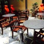 PATIO avec tables pour petitdejeuner