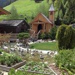 Giardino interno con chiesetta
