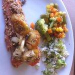 salmão com crosta de castanha de caju, arroz de brócolis e legumes no vapor! bom d+!!