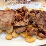 Assiette de porc grillés avec ail cuit et pommes de terres.  Bon mais très gras!  J'ai mis l'a