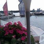 Главное в этом ресторане - вид на воду и яхты