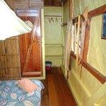 Habitación doble, estantes, baño