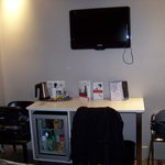 La chambre avec bureau et mini bar