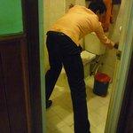 El empleado que vino a intentar destapar el baño en plena inundación.
