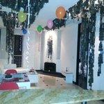 Sala con globos, petalos, torta etc