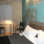 La carta da parati ricrea la situazione della stanza del vecchio motel prima dell'Apostrophe