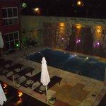 Vista de la piscina y su cascada iluminada durante las noches. Una verdadera belleza.