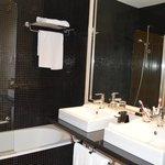 Baño espacioso y cómodo