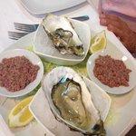 Antipasto crudo: ostriche e tartar di tonno