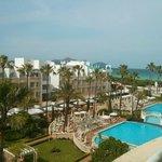 Blick vom Hotelzimmer auf Pool und Strand