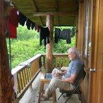Sur le balcon du bungalow avec mon ordi et mon linge au séchage