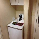 La habitación cuenta con cafetera y refrigerador