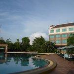 ホテルの中庭とプール