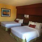 la chambre avec deux lits doubles