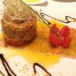 Carpaccio de gambas con tartar de ahumados y tomate raf.