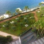Une vue sur les jardins de l'hôtel pris de la chambre