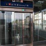 ホテルの向かい側の道沿いに駅のエレベーター