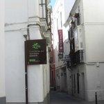 Il calle Jimios dove si trova la struttura ...