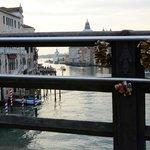 I lucchetti anche al Ponte dell'Accademia