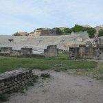 アルルの古代劇場・・・昔のローマ時代の光景が浮かびますね!
