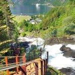 45 trapper langs elva og ned til kaia i Geiranger