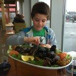 dit is dus de visplate met mijn zoontje Oban te Oban