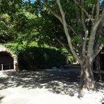 Terrasse devant l'entrée de la grotte