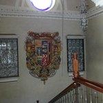 Escaleras con escudo de armas, hacia la planta baja