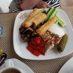 завтрак - овощи, несколько видов сыра, тешенные овощи, блины.