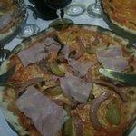 Pizza margherita con patate. Wrustel, prosciutto cotto, salsiccia.