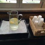 そのレモン水、冷えていて旨い