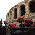 allestimenti scenici esposti fuori dall'Arena prima della rappresentazione dell'Aida