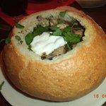 Als Vorspeise eine hausgemachte Suppe im Brotlaib
