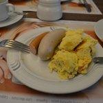 salchichas varias y huevo revuelto