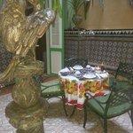 Belle salle à manger avec le soleil qui y entre!