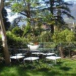 Sitzecke im mediterranen Garten