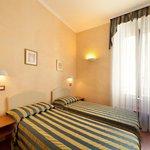 la camera con letti singoli; the room with single beds