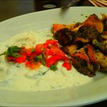 Pollo con hierbas y ensalada de yogur con pepino y menta