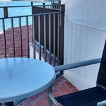 Balcon avec table, deux chaises et la vue...!