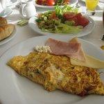 朝食はバイキング、オムレツは焼き立てを
