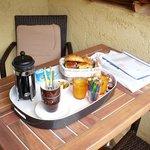 petit déjeuner servi sur la terrasse de notre chambre